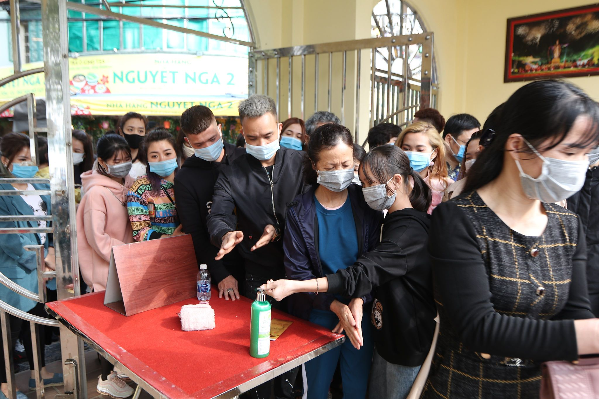 Dong nguoi do ve di le, Phu Tay Ho 3 lan tam dong cua
