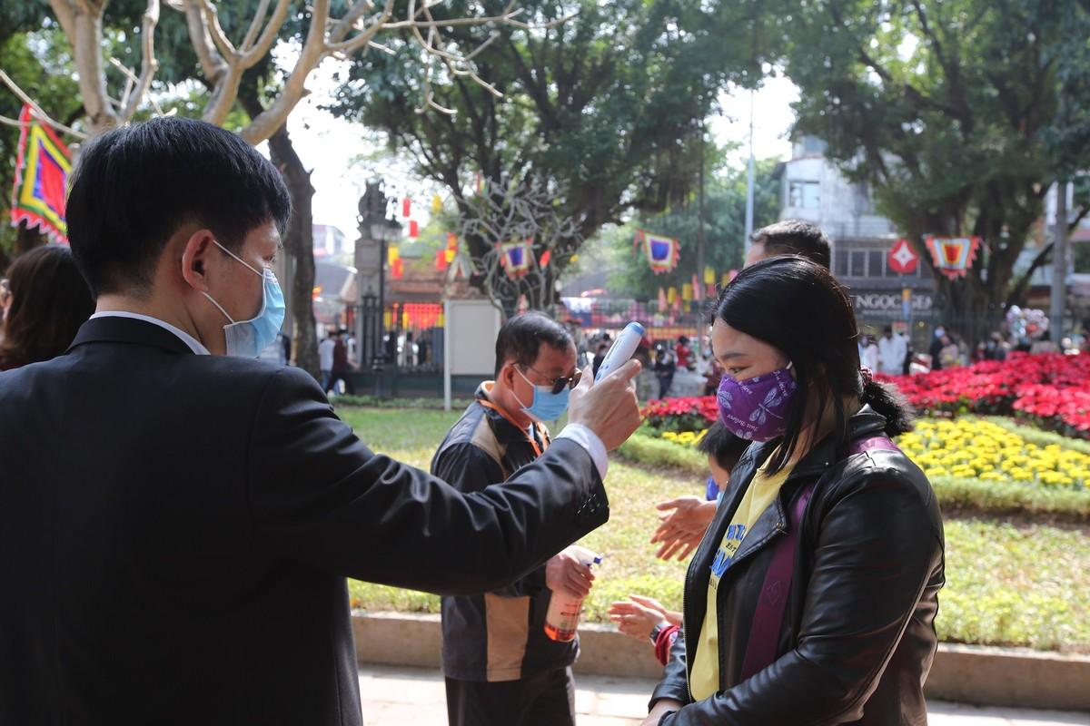 Van Mieu - Quoc Tu Giam: Kiem tra nhiet do truoc khi vao du Xuan-Hinh-4