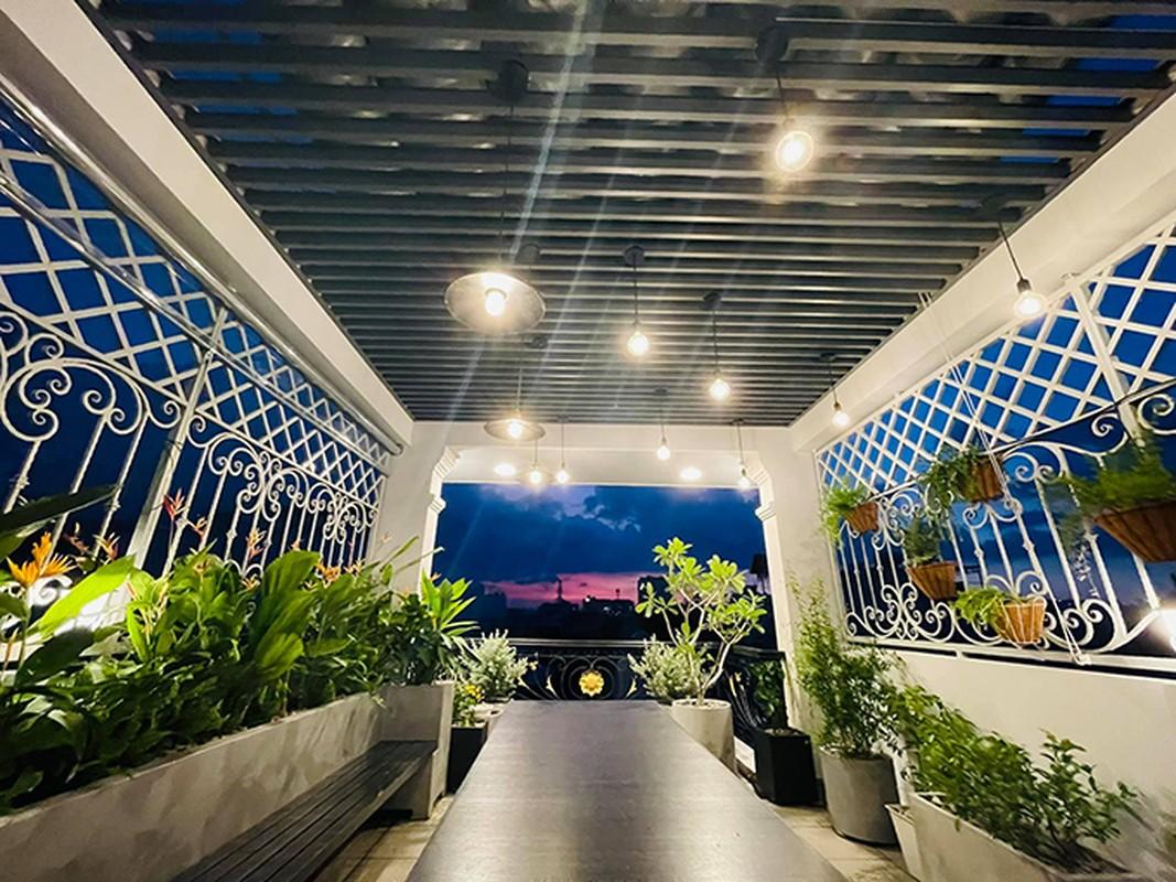Ban cong xanh muot, ngap hoa trong nha mat pho cua Ho Bich Tram-Hinh-2