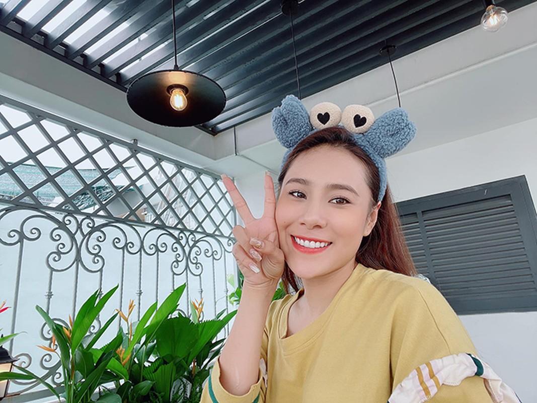 Ban cong xanh muot, ngap hoa trong nha mat pho cua Ho Bich Tram