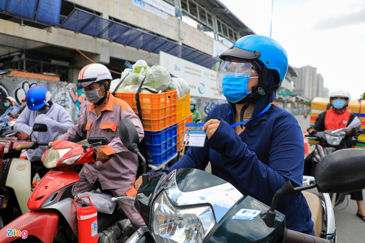 Shipper o TP HCM bat dau deo bang ten, bang tay-Hinh-8