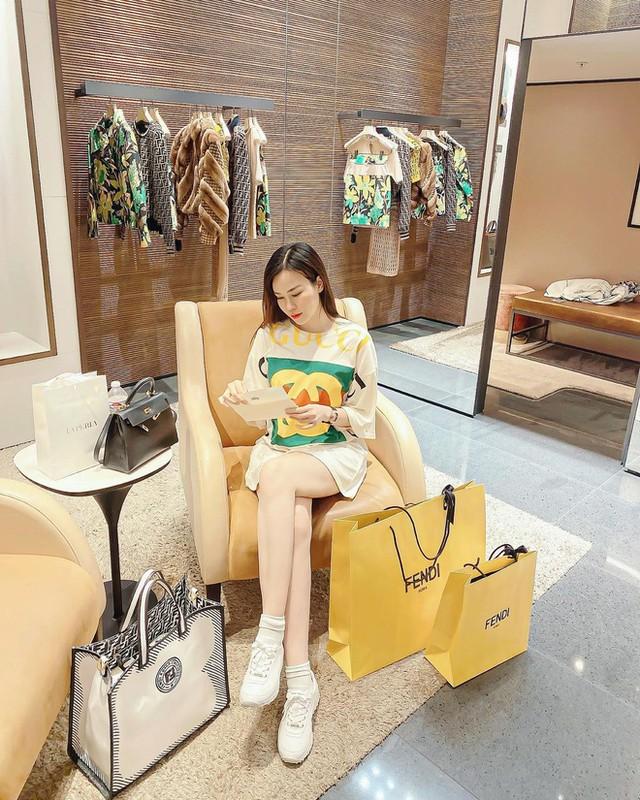 Choang con dau ty phu bo cu Ngoc Trinh om hang chuc tui Hermes mot lan shopping-Hinh-5