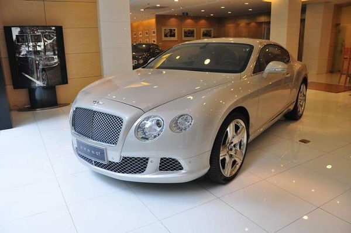 Nu dai gia tuyen chong tang xe Bentley nhung nhin ngoai hinh ma e de-Hinh-7