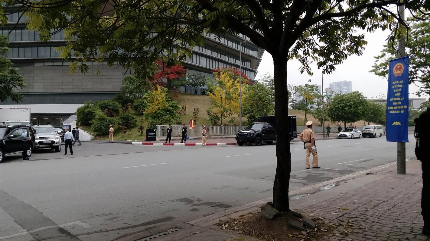 Nguoi dan doi mua truoc khach san Marriott ngong Tong thong Obama-Hinh-2