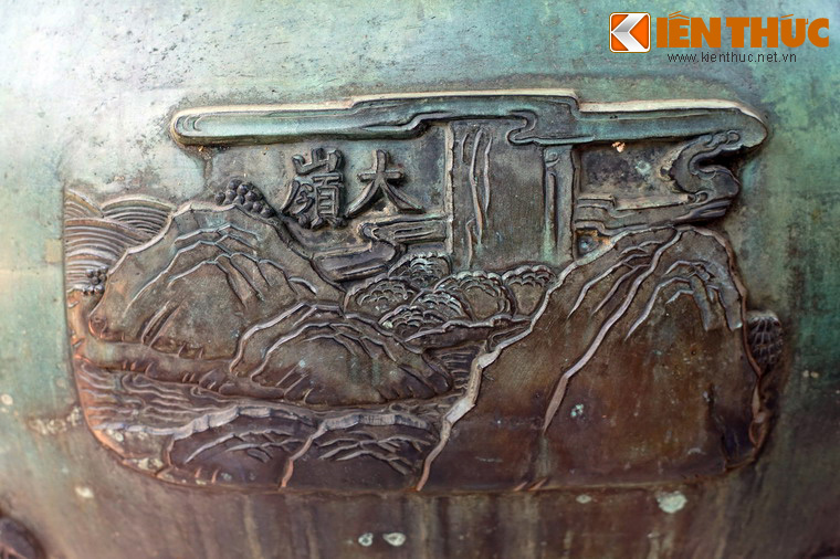 Bi an tam linh cac ngon nui duoc khac tren Cuu Dinh nha Nguyen-Hinh-7