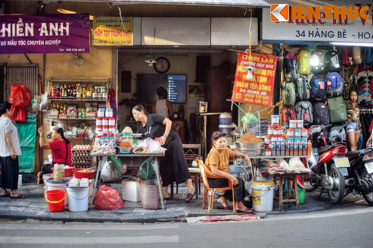 Su that bat ngo ve mat hang ban tren pho Hang Be xua-Hinh-9