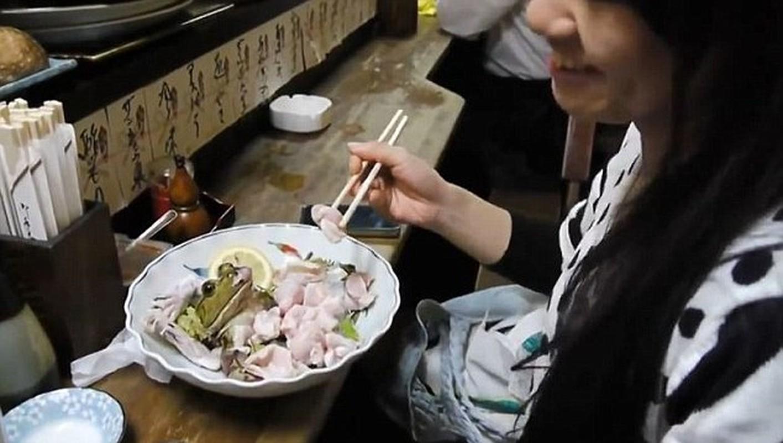 Mon sashimi ech song chi nhin thoi cung noi gai oc-Hinh-6