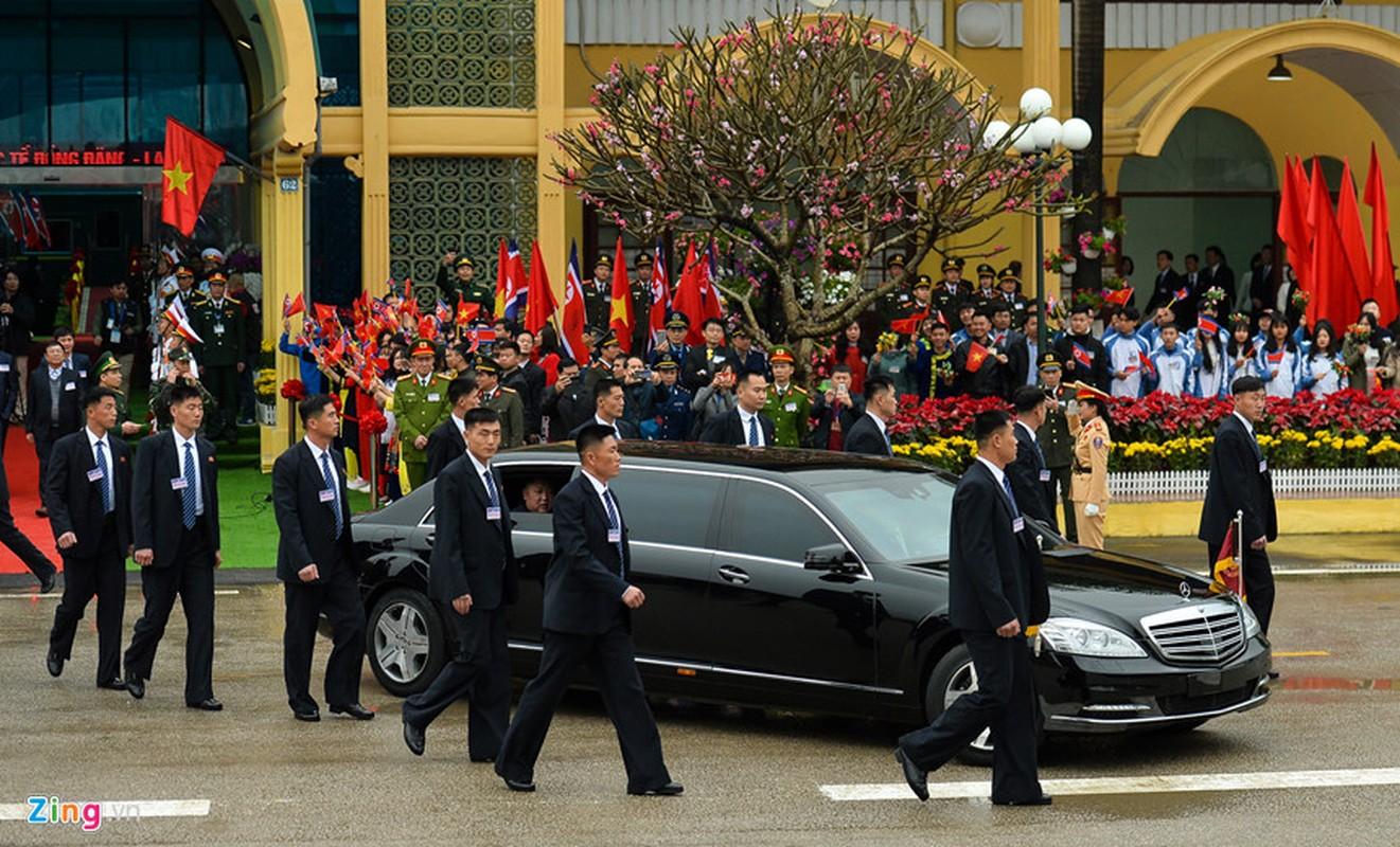 Dan can ve Trieu Tien chay bo theo xe Chu tich Kim Jong-un-Hinh-3