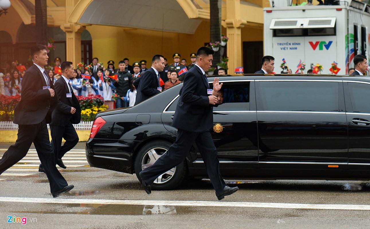 Dan can ve Trieu Tien chay bo theo xe Chu tich Kim Jong-un-Hinh-5