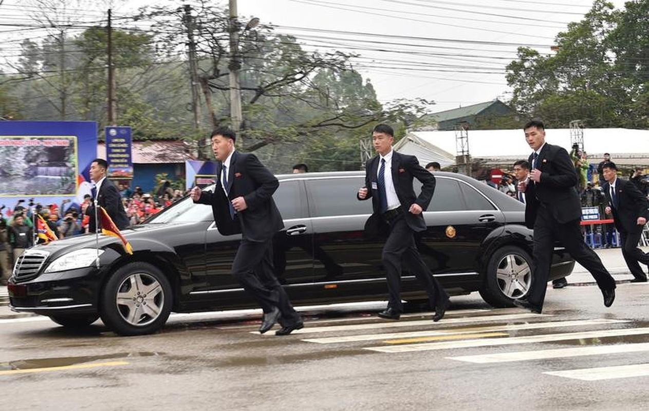 Dan can ve Trieu Tien chay bo theo xe Chu tich Kim Jong-un-Hinh-6
