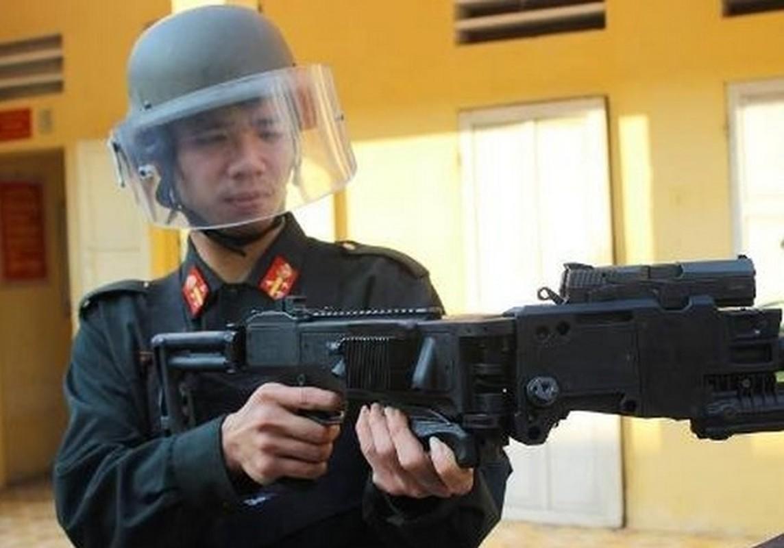 "Soi sung ""be goc"" sieu khung cua canh sat co dong VN-Hinh-3"