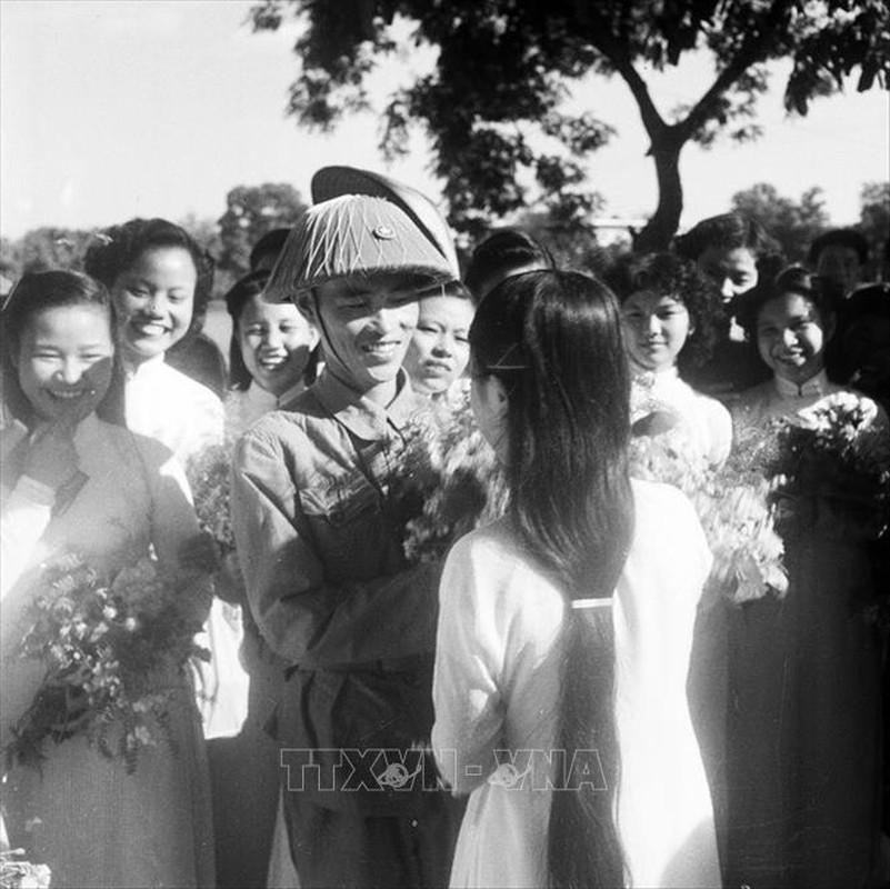 Xuc dong hinh anh nguoi dan Ha Noi don doan quan tiep quan Thu do-Hinh-3