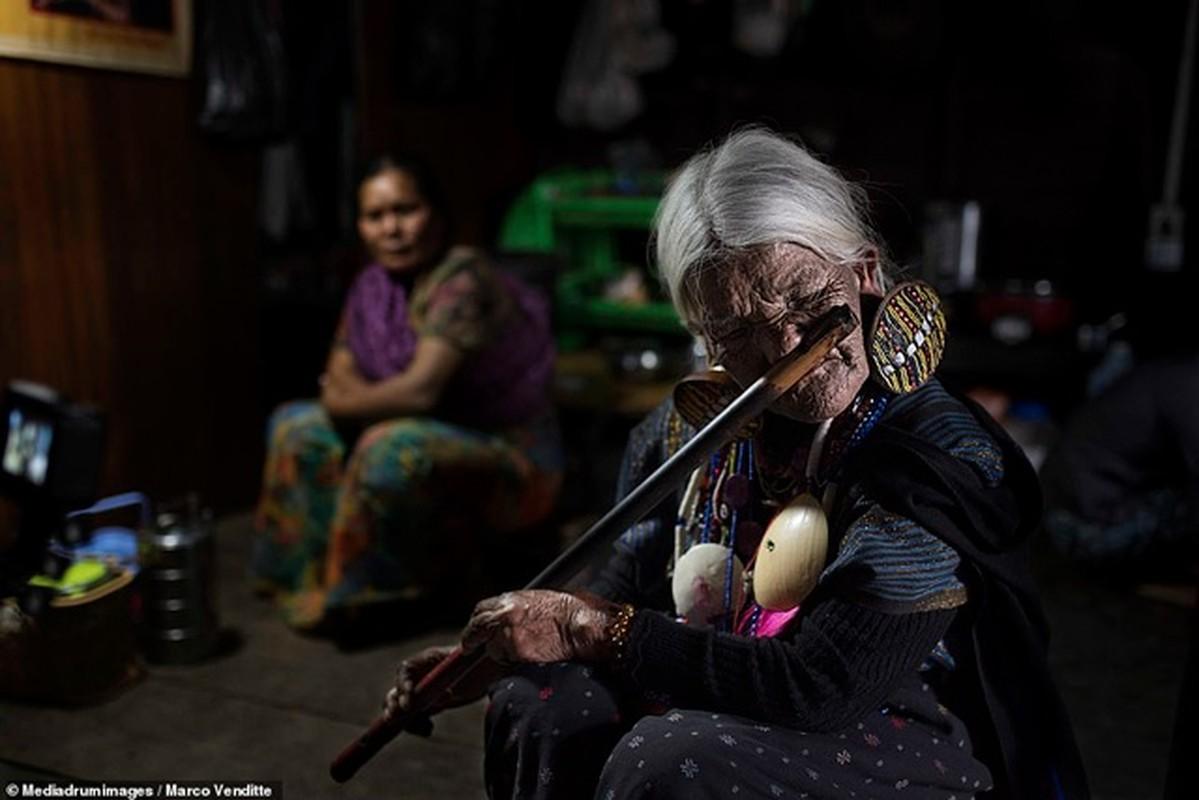Phu nu xinh muon hoa xau bang cach xam kin mat de tranh ga chong-Hinh-6