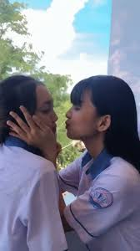 "Trao nu hon chia tay khien ban nam ""mung hut"", nu sinh gay sot-Hinh-2"