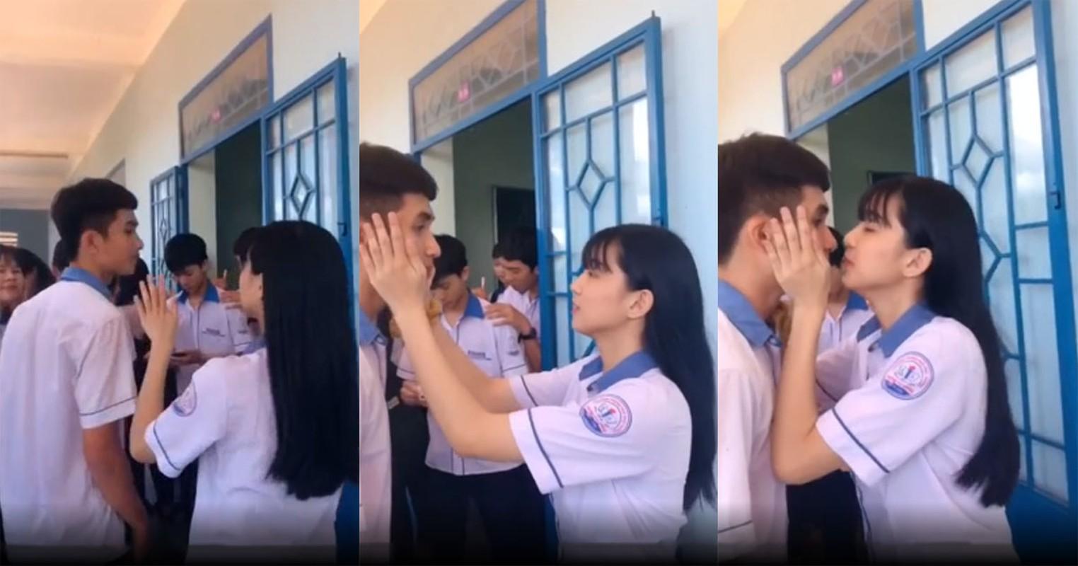 "Trao nu hon chia tay khien ban nam ""mung hut"", nu sinh gay sot-Hinh-3"