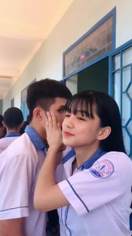 "Trao nu hon chia tay khien ban nam ""mung hut"", nu sinh gay sot"