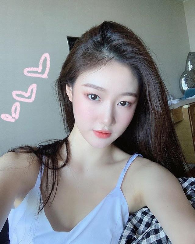 Bi chup len tren tau dien ngam, hot girl duoc CDM truy lung info-Hinh-6