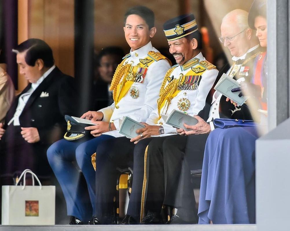 Hoang tu Brunei tuyen vo, hoi chi em ao ao