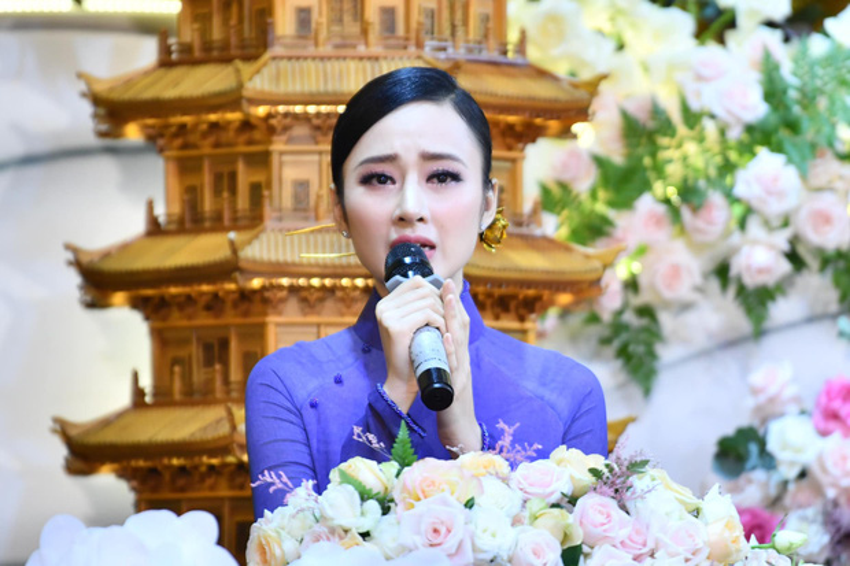 "Sau man o an, hot girl ""Kinh Van Hoa"" khoe nhan sac len huong-Hinh-3"