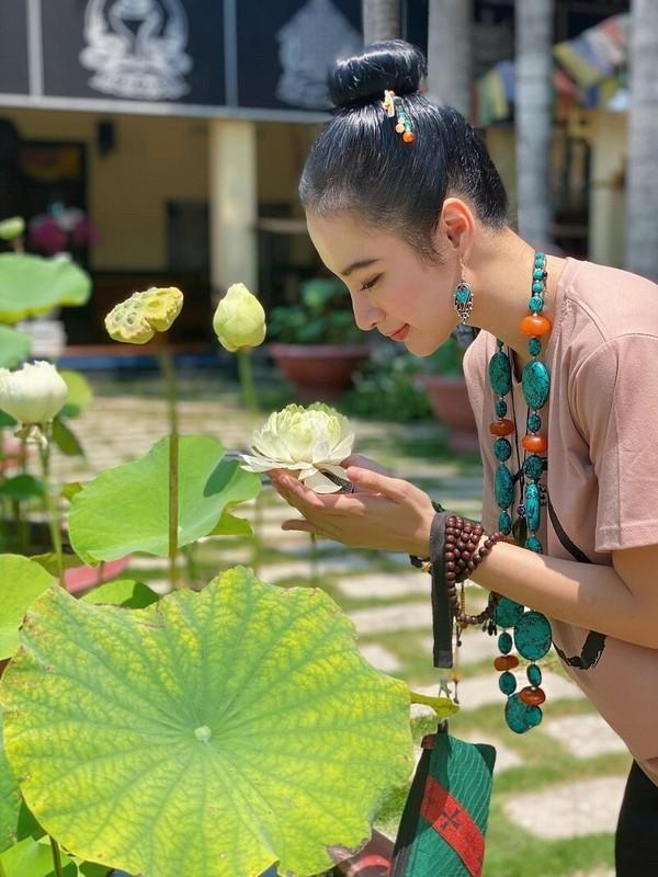 "Sau man o an, hot girl ""Kinh Van Hoa"" khoe nhan sac len huong-Hinh-9"
