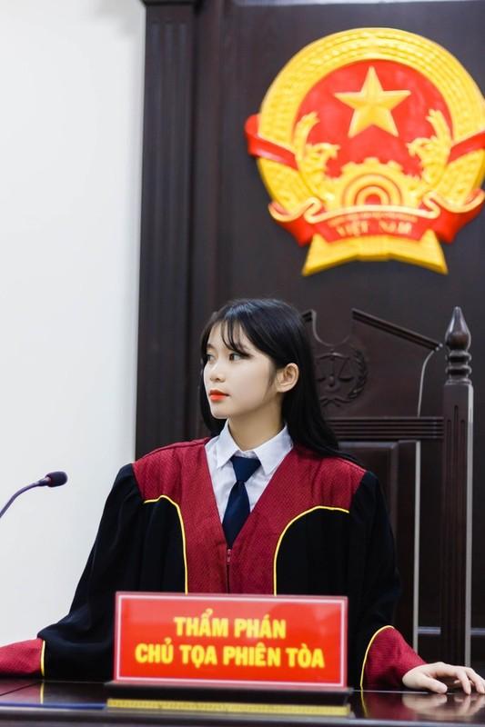 Mac ao Tham phan, nu sinh duoc dan mang xin info vi... qua xinh-Hinh-2