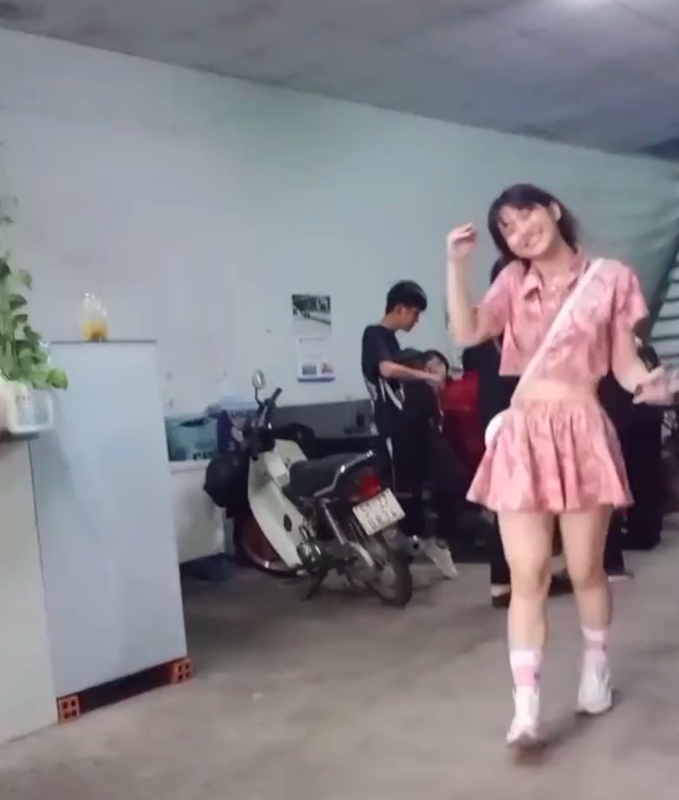 "Vi hanh dong kem duyen, hot girl TikTok Le Bong tiep tuc ""an gach""-Hinh-7"