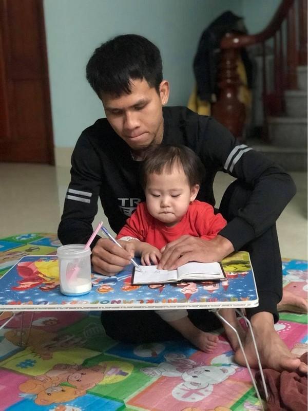 """""""Sieu nhan doi thuong"""" Nguyen Ngoc Manh va khoanh khac ben con cuc yeu-Hinh-12"""
