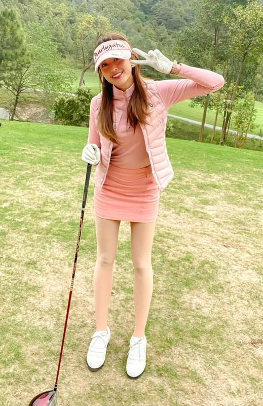 Khoe anh tren san Golf, Huyen My khoe chan dai