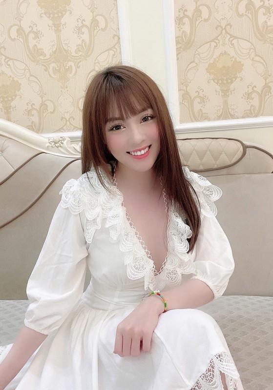 Au Ha My lien tuc khoe gia san khung sau 8 thang ly hon