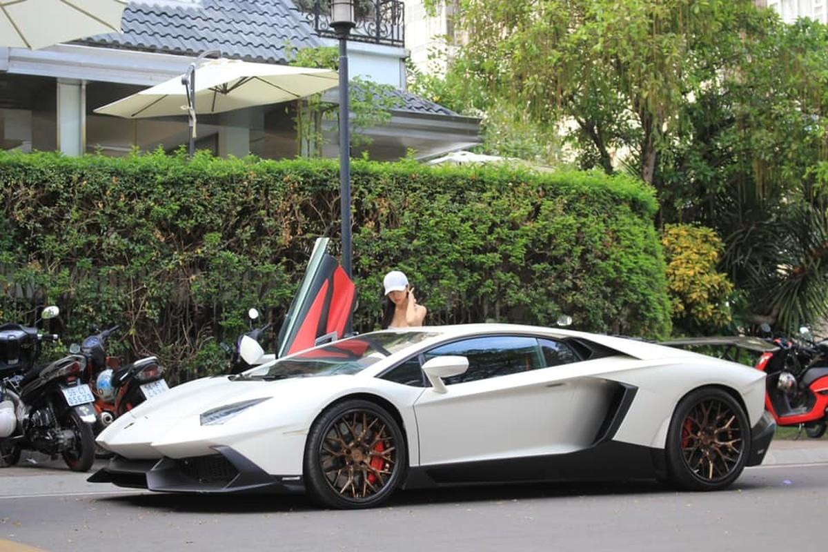 Rich kid gay me qua khoanh khac chup len ben sieu xe Lamborghini-Hinh-10