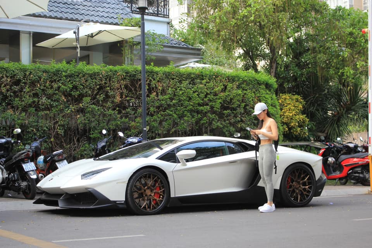Rich kid gay me qua khoanh khac chup len ben sieu xe Lamborghini-Hinh-7