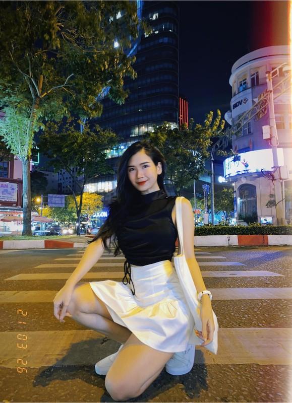 """Cuu hot girl Sai Gon dien """"2 manh"""" khien netizen chao dao la ai?"""