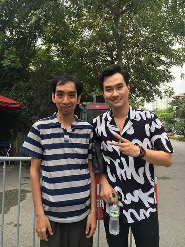 Cham du su kien, nguoi dan ong am loat qua tang gay xon xao-Hinh-10