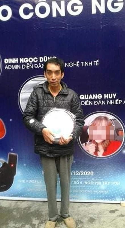 Cham du su kien, nguoi dan ong am loat qua tang gay xon xao-Hinh-2