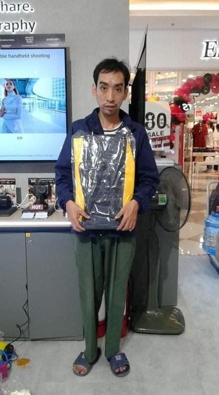Cham du su kien, nguoi dan ong am loat qua tang gay xon xao-Hinh-3