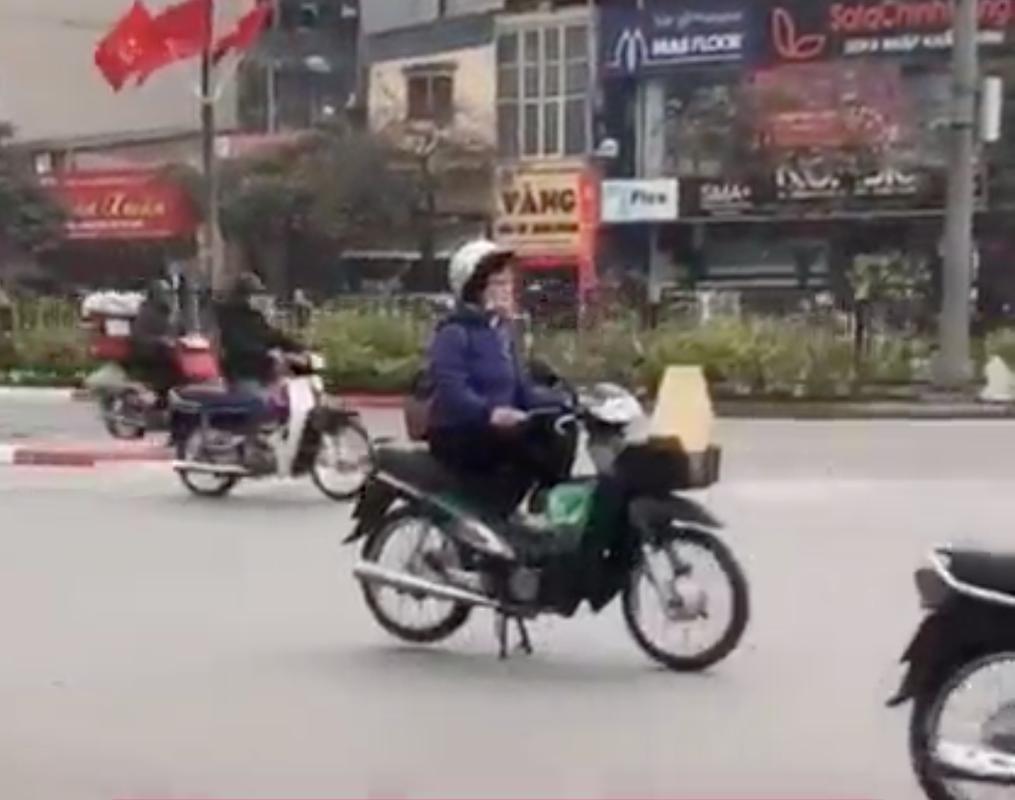 Dung xe giua duong ngoi thien, nguoi phu nu gay kho hieu-Hinh-2