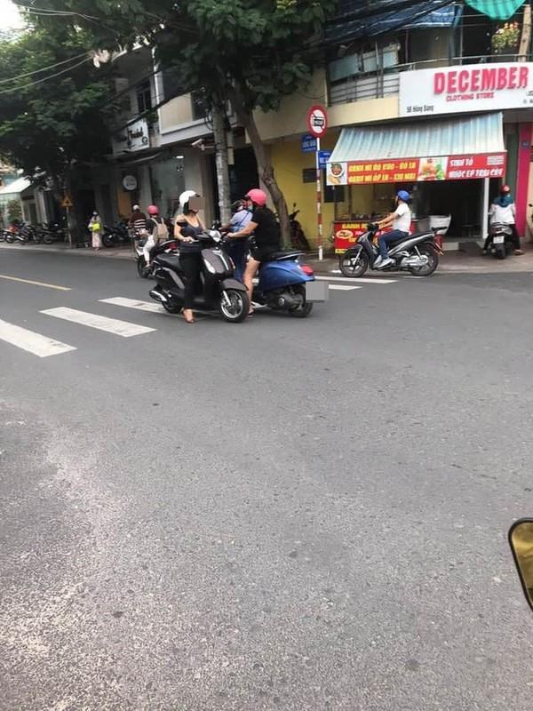 Dung xe giua duong ngoi thien, nguoi phu nu gay kho hieu-Hinh-7