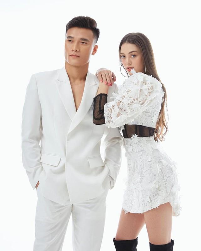"Khoe anh voi ban gai Tay, Bui Tien Dung bi ""soi"" ban tay hu-Hinh-3"