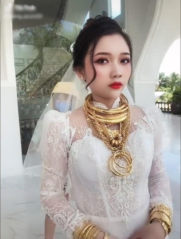 Co dau deo day vang va man lo danh tinh gay chu y-Hinh-3