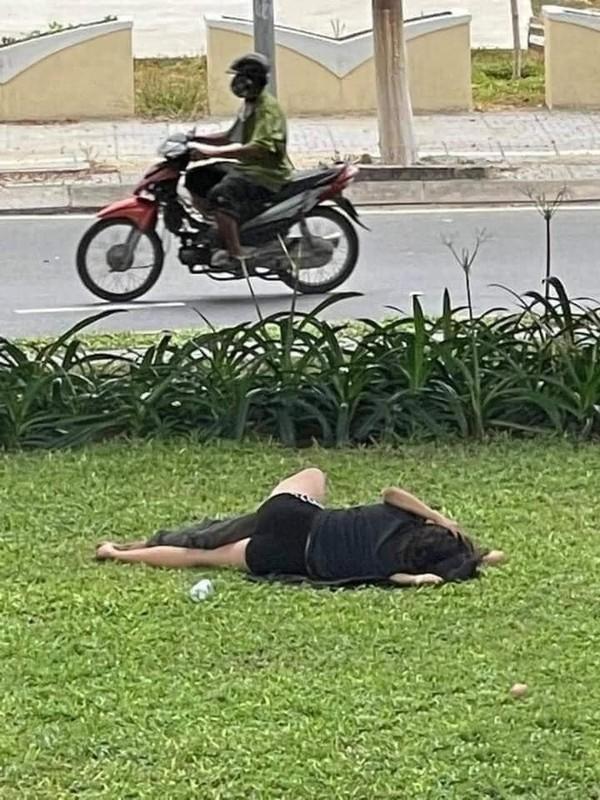 """Dien canh nong"" ngay bai co ven duong, cap doi khien netizen phan no-Hinh-2"