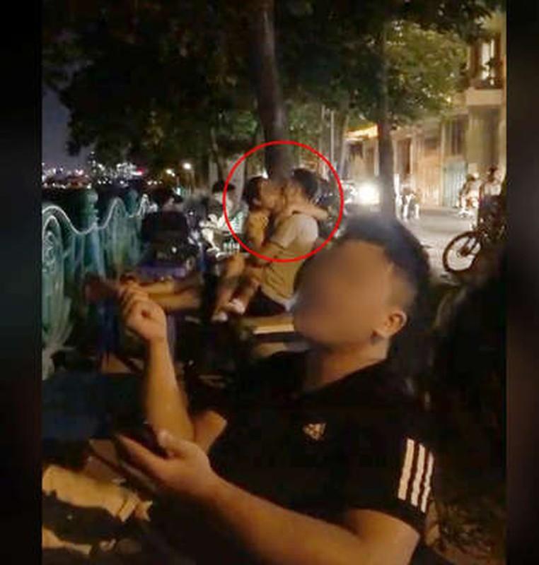 """Dien canh nong"" ngay bai co ven duong, cap doi khien netizen phan no-Hinh-8"