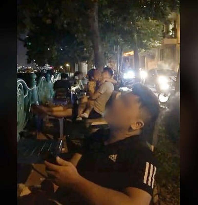 """Dien canh nong"" ngay bai co ven duong, cap doi khien netizen phan no-Hinh-9"