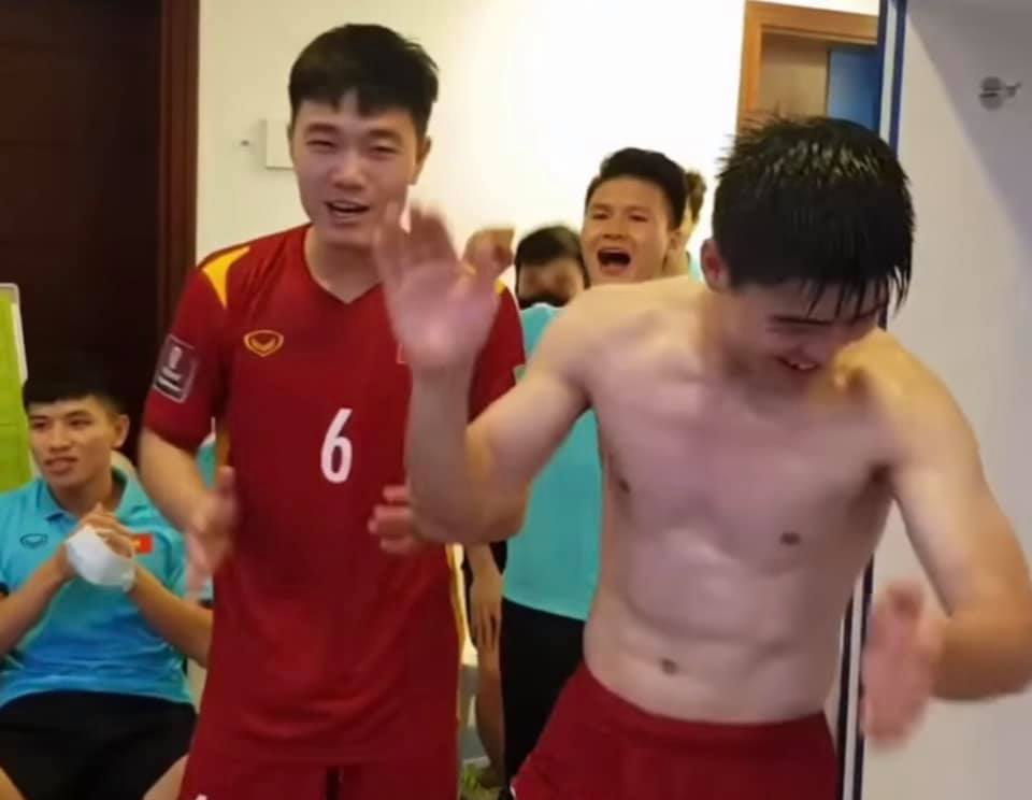 "Dan trai dep doi tuyen Viet Nam khoe body lai khien chi em ""dien dao""-Hinh-2"
