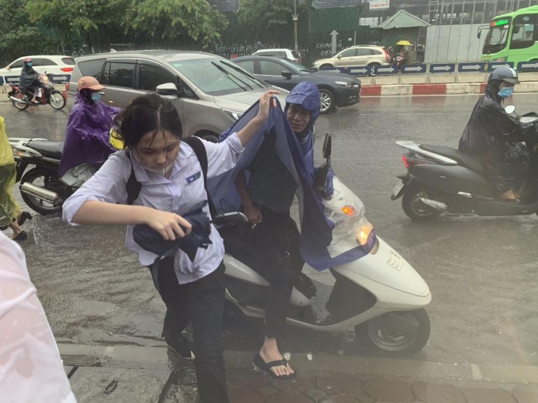 Dua con di thi trong con mua tam ta, co phu huynh phai nhuong dep cho con-Hinh-2
