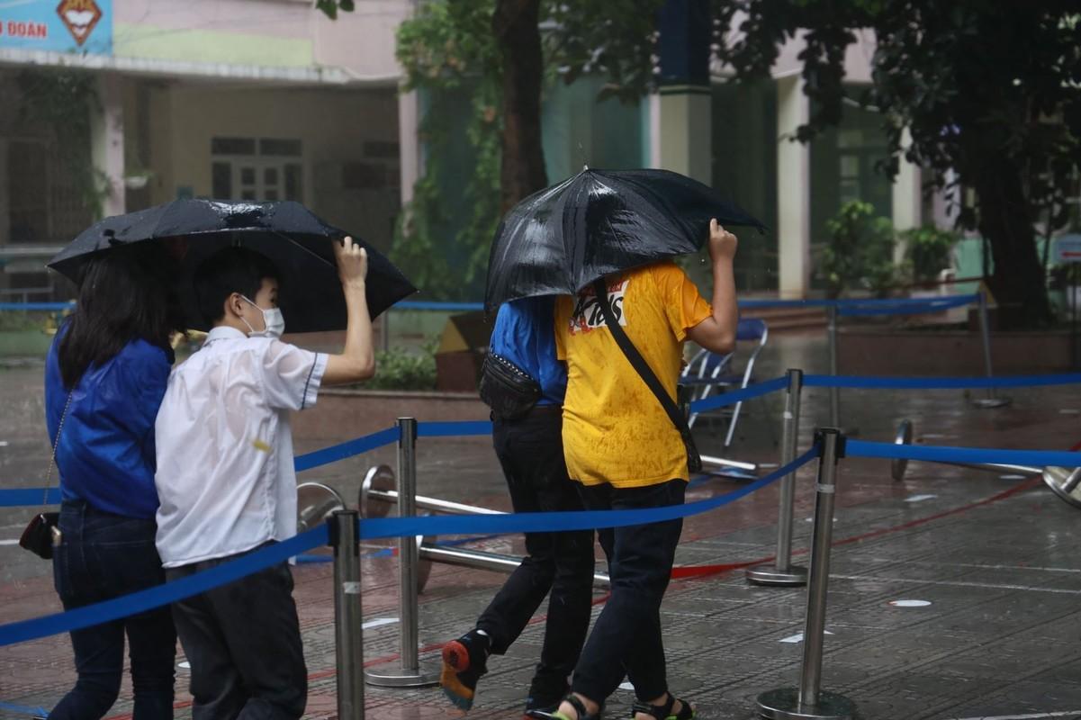 Dua con di thi trong con mua tam ta, co phu huynh phai nhuong dep cho con-Hinh-5