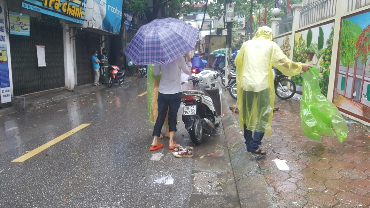 Dua con di thi trong con mua tam ta, co phu huynh phai nhuong dep cho con-Hinh-8