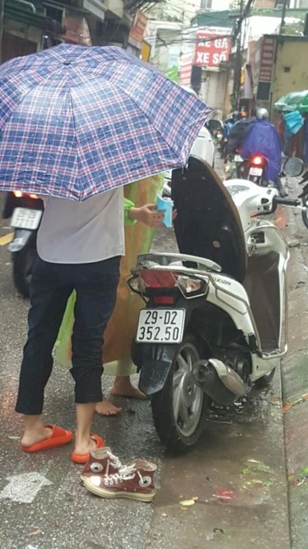 Dua con di thi trong con mua tam ta, co phu huynh phai nhuong dep cho con-Hinh-9