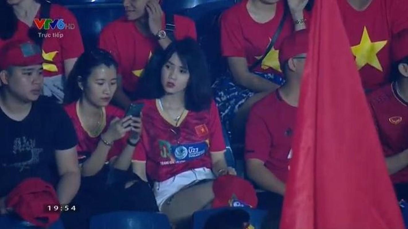 """Co vu doi tuyen Viet Nam, hot girl tung """"noi nhu con"""" gio ra sao?"""