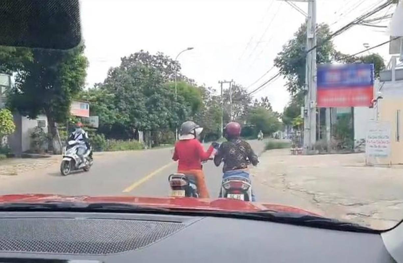 """Do xe giua duong """"buon"""" chuyen, hai nguoi phu nu khien netizen bat luc-Hinh-2"""