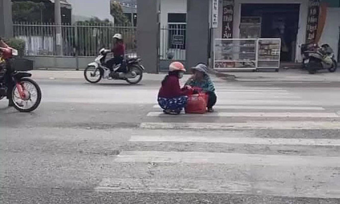 """Do xe giua duong """"buon"""" chuyen, hai nguoi phu nu khien netizen bat luc-Hinh-3"""